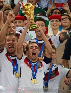 Philipp_Lahm_lifts_the_2014_FIFA_World_Cup_(cropped)