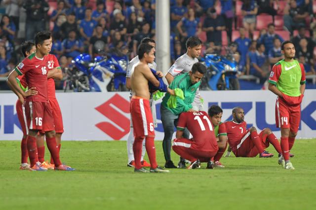 Pesepak bola Indonesia tertunduk usai bertanding melawan Thailand pada final putaran kedua AFF Suzuki Cup 2016 di Rajamangala National Stadium, Bangkok, Thailand, Sabtu (17/12).